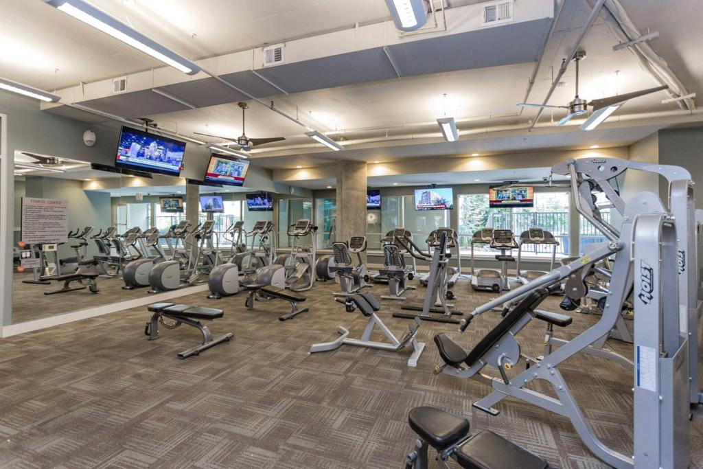 Centro de fitness Top Floor of Luxury Building with Skyline Views
