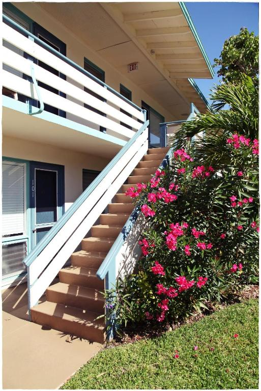 Book Now Sea Spray Inn (Vero Beach, United States). Rooms Available for all budgets. Guests walk to the beach soak up the rooftop sun and swim year-round at the non-smoking Sea Spray Inn. Full kitchens are part of the homey appeal in the 17 suites housed at th