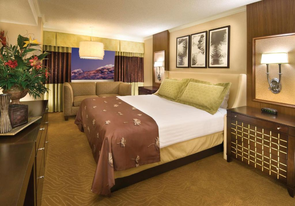 Book Now Harrahs Hotel Reno (Reno, United States). Rooms Available for all budgets. Featuring a 24-hour casino and eight different restaurants this hotel in the heart of Reno Nevada. The Biggest Little City in the World arch is adjacent to this hotel.The casi