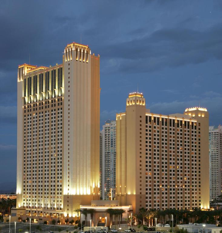 Book Now Hilton Grand Vacations on the Las Vegas Strip (Las Vegas, United States). Rooms Available for all budgets. Living up to its name and exceeding expectations Hilton Grand Vacations on the Las Vegas Strip provides spacious rooms and a casino-free environment that caters to families. L