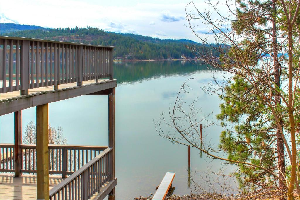 Beautiful Lake Coeur d'Alene Cabin On The Bay