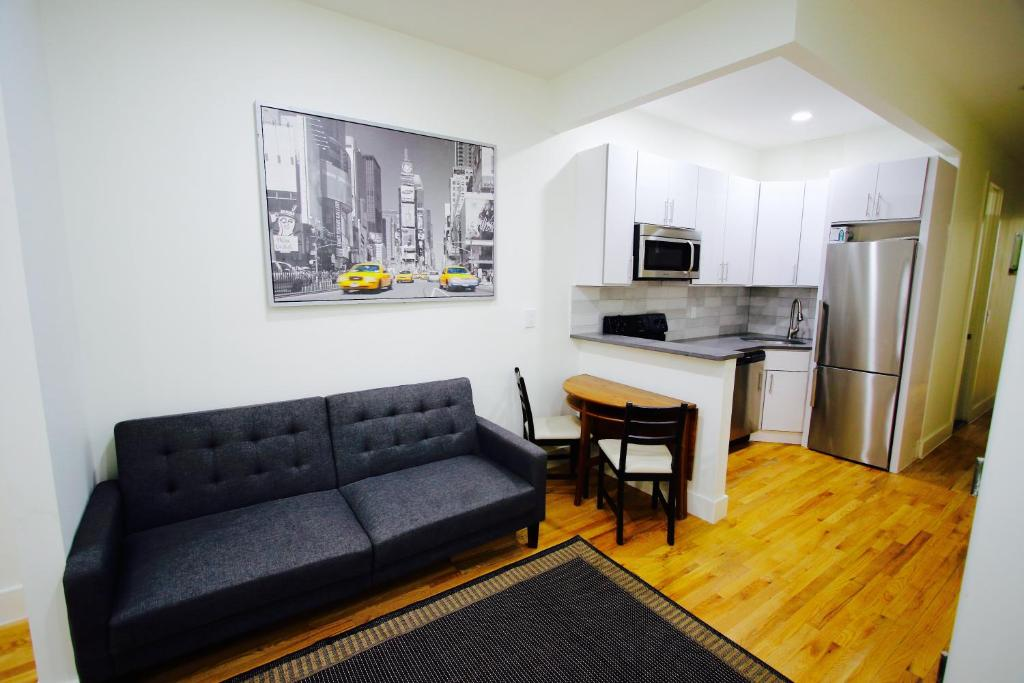 Cool Best Price On Clinton Hill 3 Bedroom 2 Bathroom Apartment Complete Home Design Collection Barbaintelli Responsecom