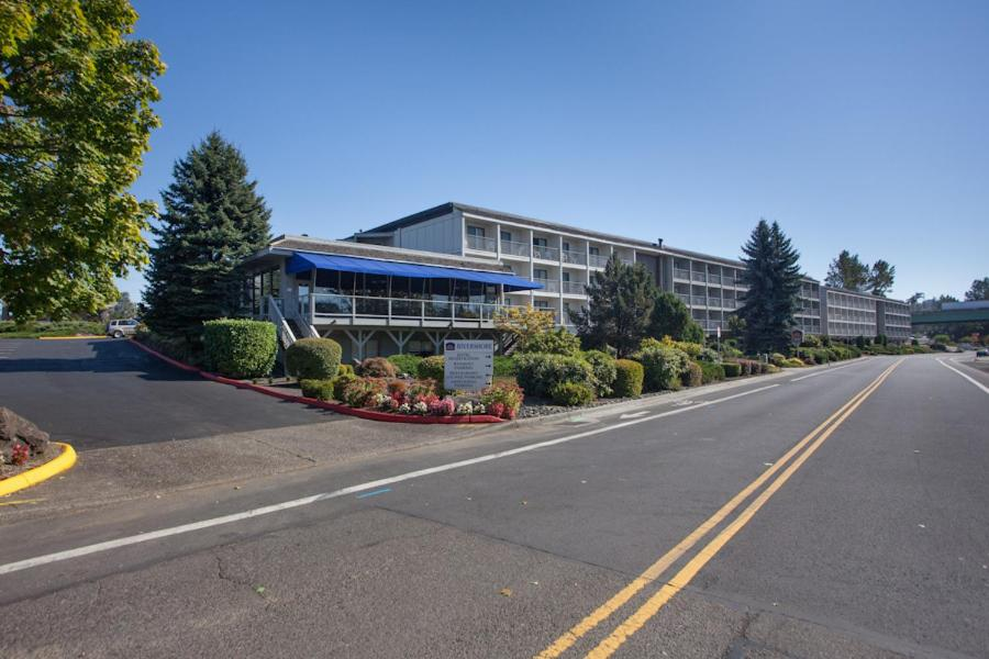 Book Now Best Western Plus Rivershore Hotel (Oregon City, United States). Rooms Available for all budgets. Right on the banks of the Willamette River the non-smoking Best Western Plus Rivershore Hotel has great views free Wi-Fi and an outdoor pool. Many of 114 non-smoking rooms of