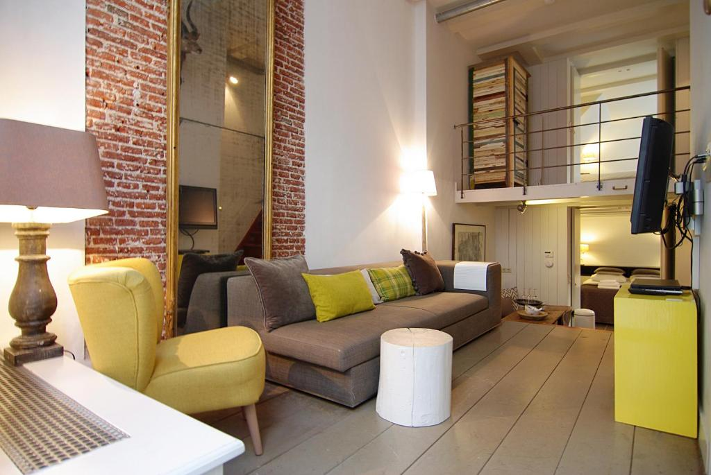 Central Jordaan apartment, canal district