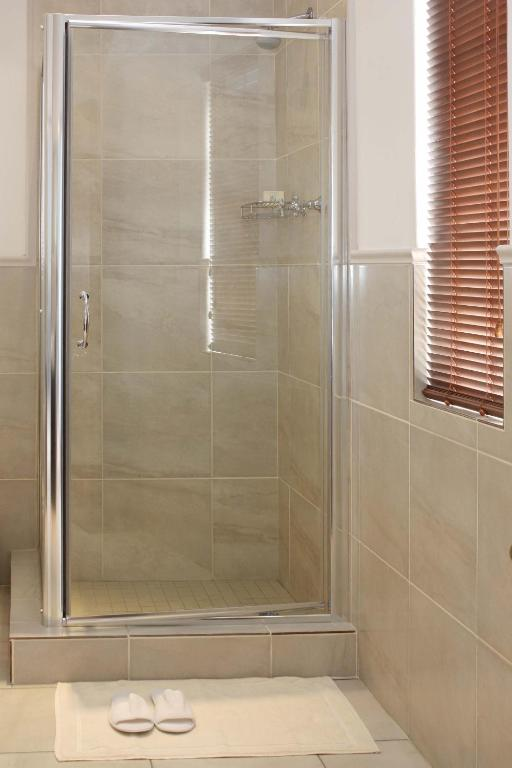 Twin Room - Shower Hermanus Dorpshuys Guesthouse