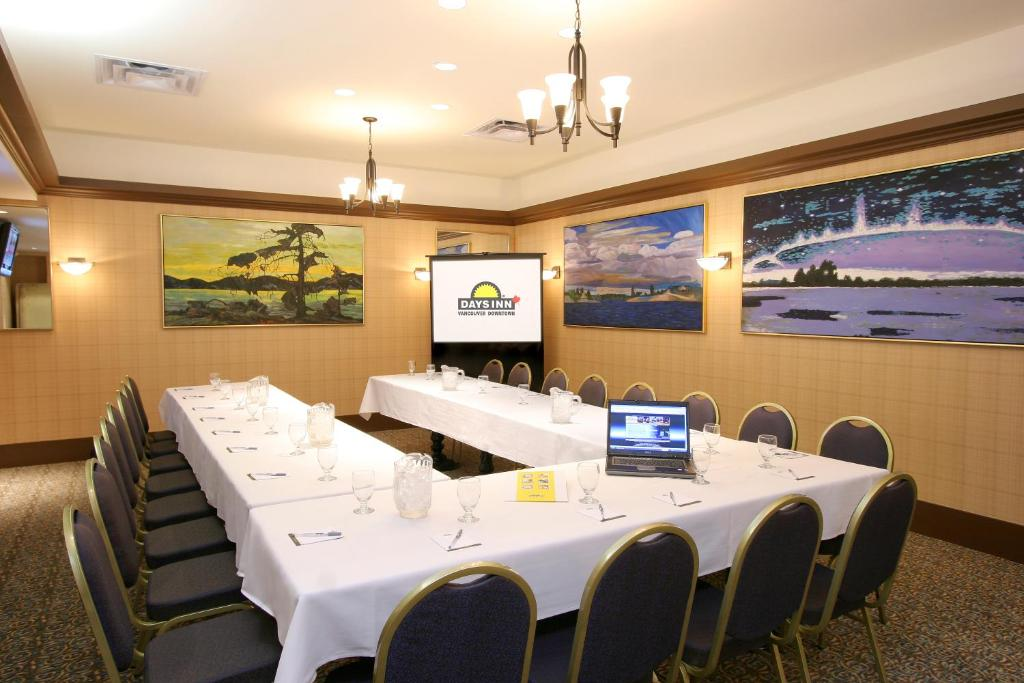 Book Now Days Inn Downtown (Vancouver, Canada). Rooms Available for all budgets. Our guests are spoiled with complimentary internet access bottled water and other amenities at the non-smoking Days Inn Downtown. The 85 non-smoking rooms at the eight-story D