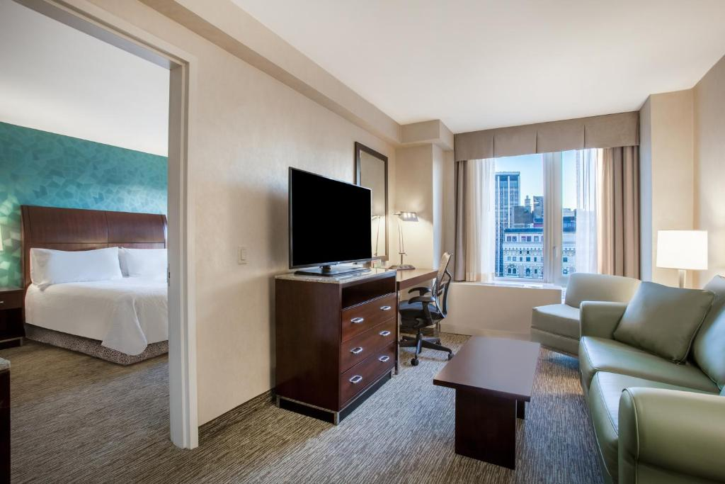 Book Now Hilton Garden Inn New York West 35th Street (New York City, United States). Rooms Available for all budgets. Free Wi-Fi and the Empire State Building two blocks away are tops with our guests at the non-smoking Hilton Garden Inn New York West 35th Street located right near Macy's. Thi