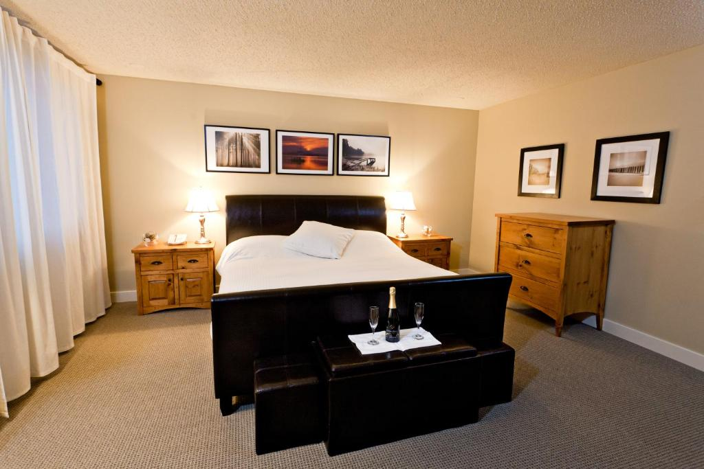 Book Now Red Tree Lodge (Fernie, Canada). Rooms Available for all budgets. This Fernie British Columbia hotel features a hot tub sauna and 24-seat movie theater. Uniquely decorated rooms are offered and Mount Fernie Provincial Park is 4.8 km away.A m