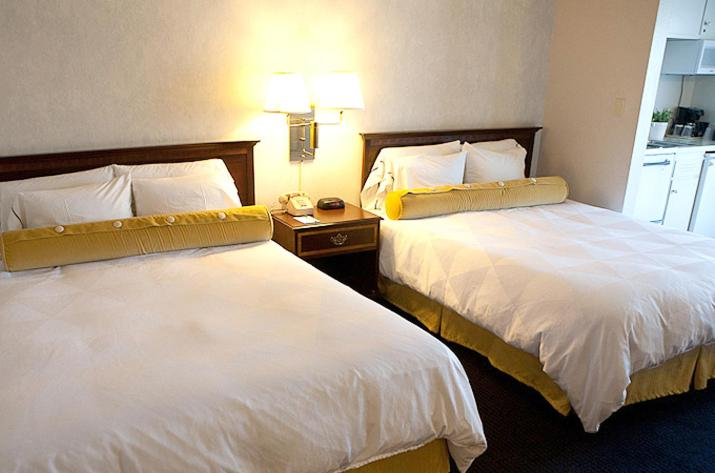 Queen Room with Two Queen Beds with City View - Guestroom Coral Reef Inn & Condo Suites
