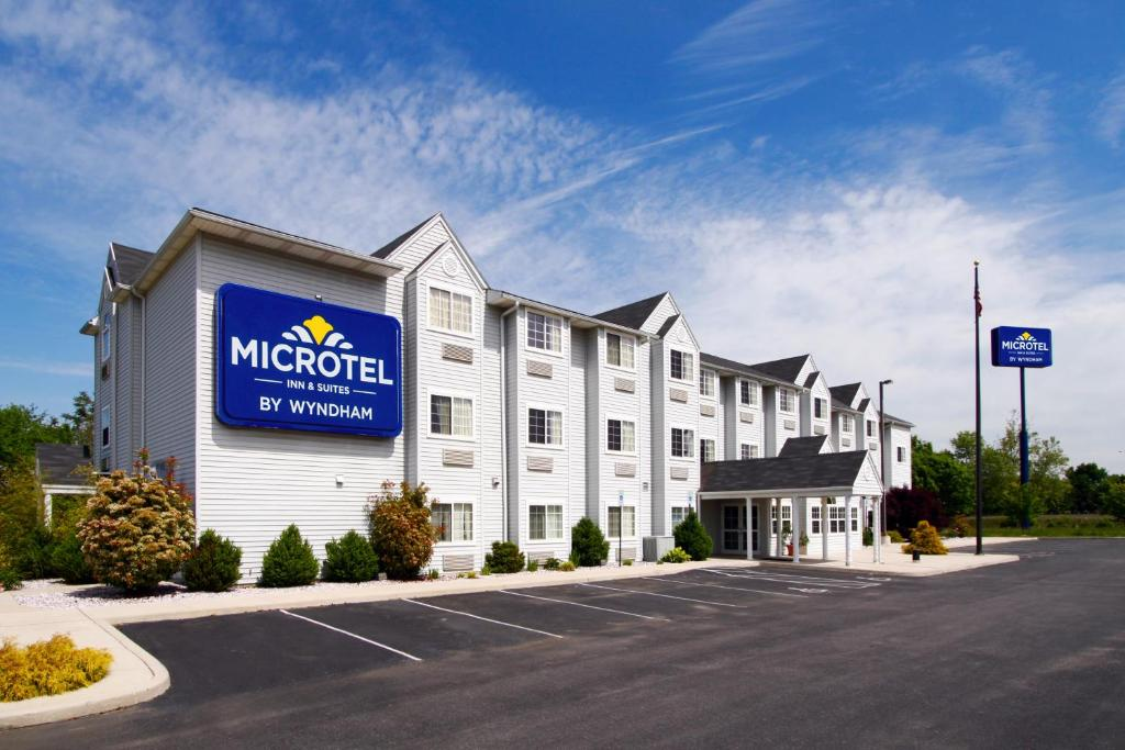 Book Now Microtel Inn & Suites By Wyndham Hagerstown (Hagerstown, United States). Rooms Available for all budgets. Free breakfast and a convenient location welcome our guests to Microtel Inn & Suites by Wyndham Hagerstown. The 53 rooms at the three-story hotel have cable TVs with HBO refri