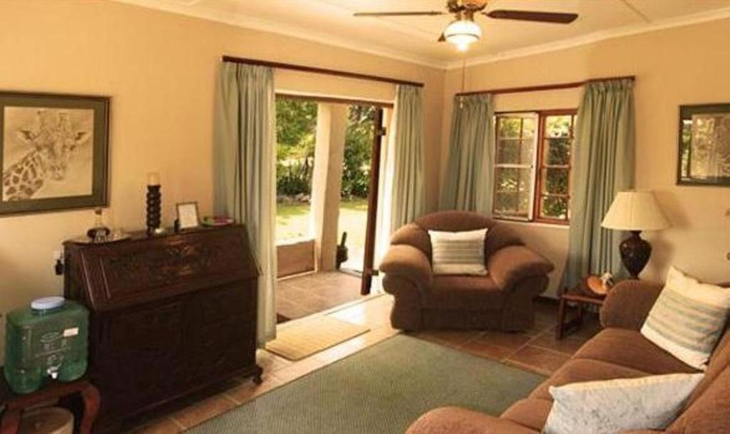 Junior Suite with Pool View - Separate living room The Colonial on Arundel Bed and Breakfast