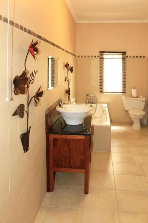 Standard Tripple Room - Bathroom The Colonial on Arundel Bed and Breakfast