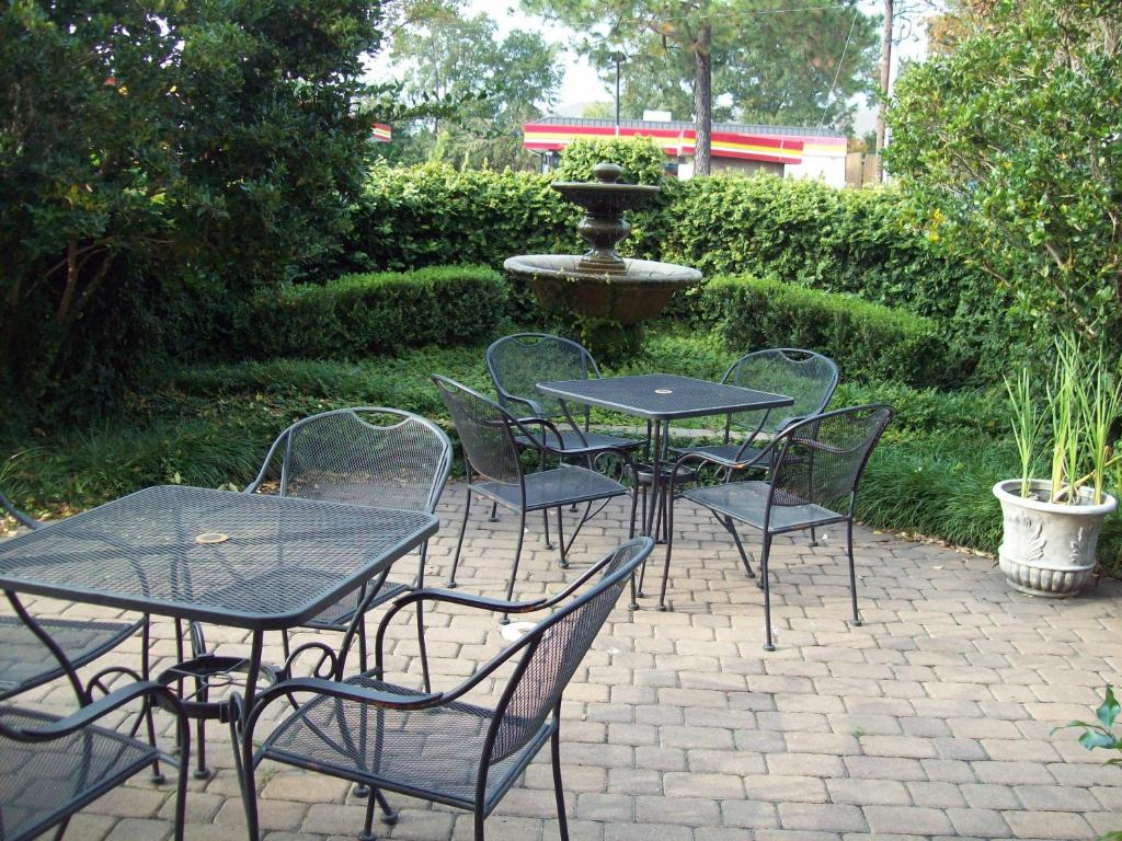 Book Now Inn At Mulberry Grove (Port Wentworth, United States). Rooms Available for all budgets. The Inn at Mulberry Grove is proof that low prices and luxuries can live side by side and our guests are happy to partake of this winning combination. The 47-room inn on three