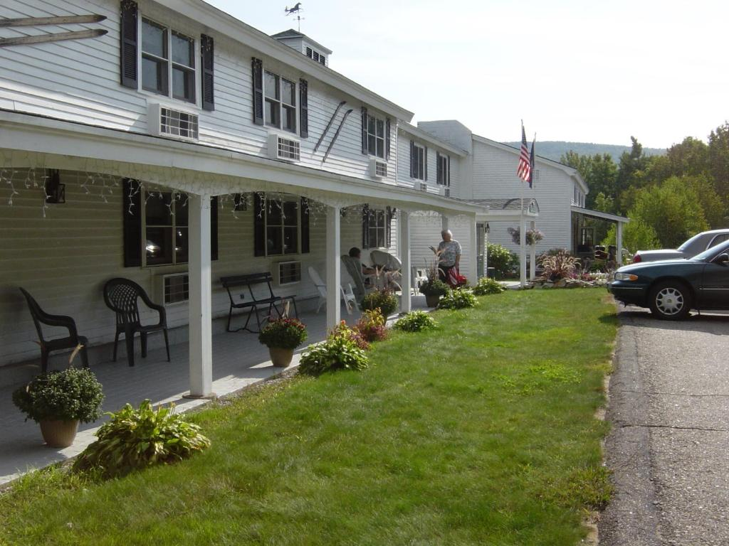 Book Now Gunstock Inn & Resort (Gilford, United States). Rooms Available for all budgets. Featuring a country tavern with a rustic fireplace this Gilford New Hampshire hotel has a fitness centre and an Olympic-sized swimming pool. Gunstock Mountain is just 800 metr