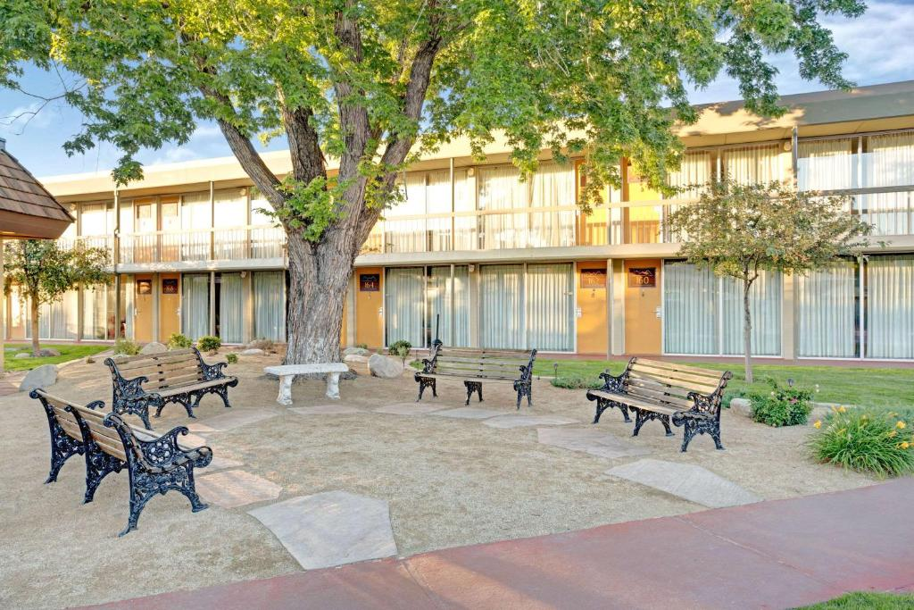 Super 8 Meadow Wood Courtyard photo