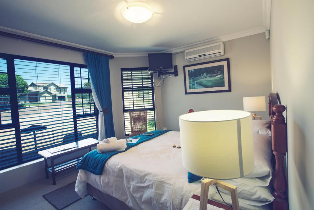 Double Room with Garden View - Bed Mossel Bay Golf Lodge