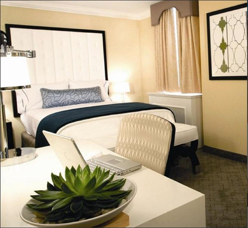 Book Now Warwick Allerton Hotel Chicago (Chicago, United States). Rooms Available for all budgets. A great location on-site dining and crisply designed rooms lure our guests to the landmark Warwick Allerton Hotel Chicago. Originally opened in 1922 this historic hotel has 44