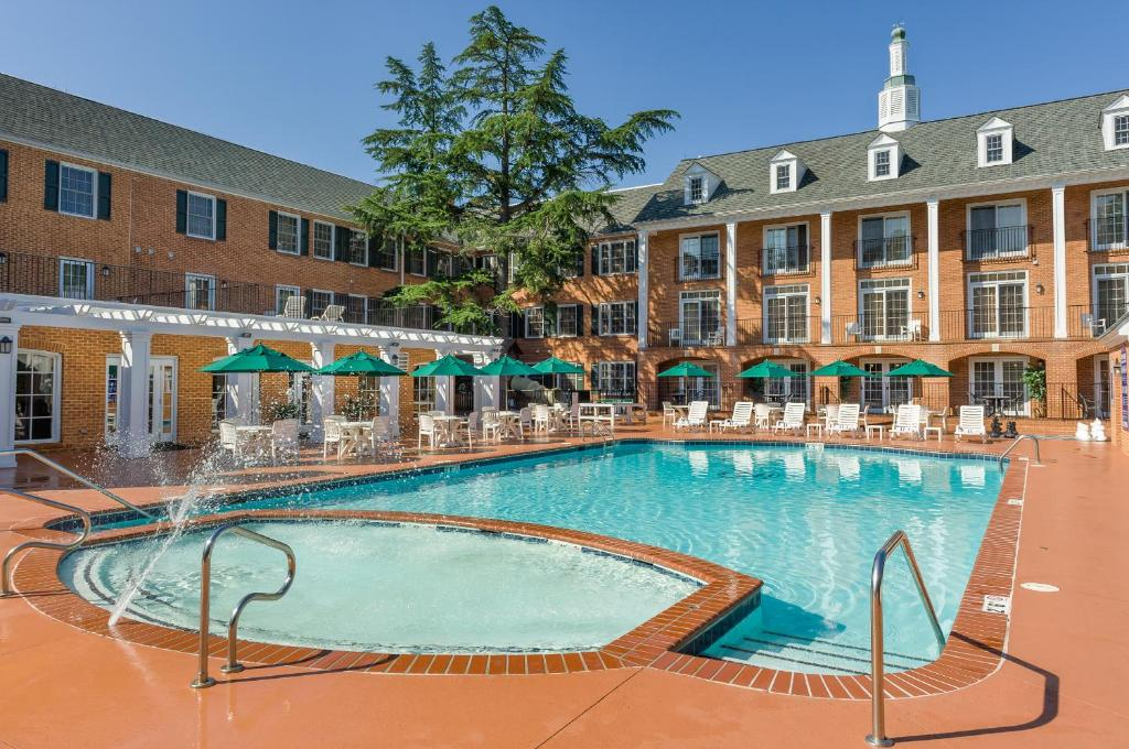 Book Now Westgate Historic Williamsburg (Williamsburg, United States). Rooms Available for all budgets. Frolic in the pool hit the volleyball court or relax in the jetted tubs at the Westgate Historic Williamsburg a condo resort a little over a mile from Colonial Williamsburg. T
