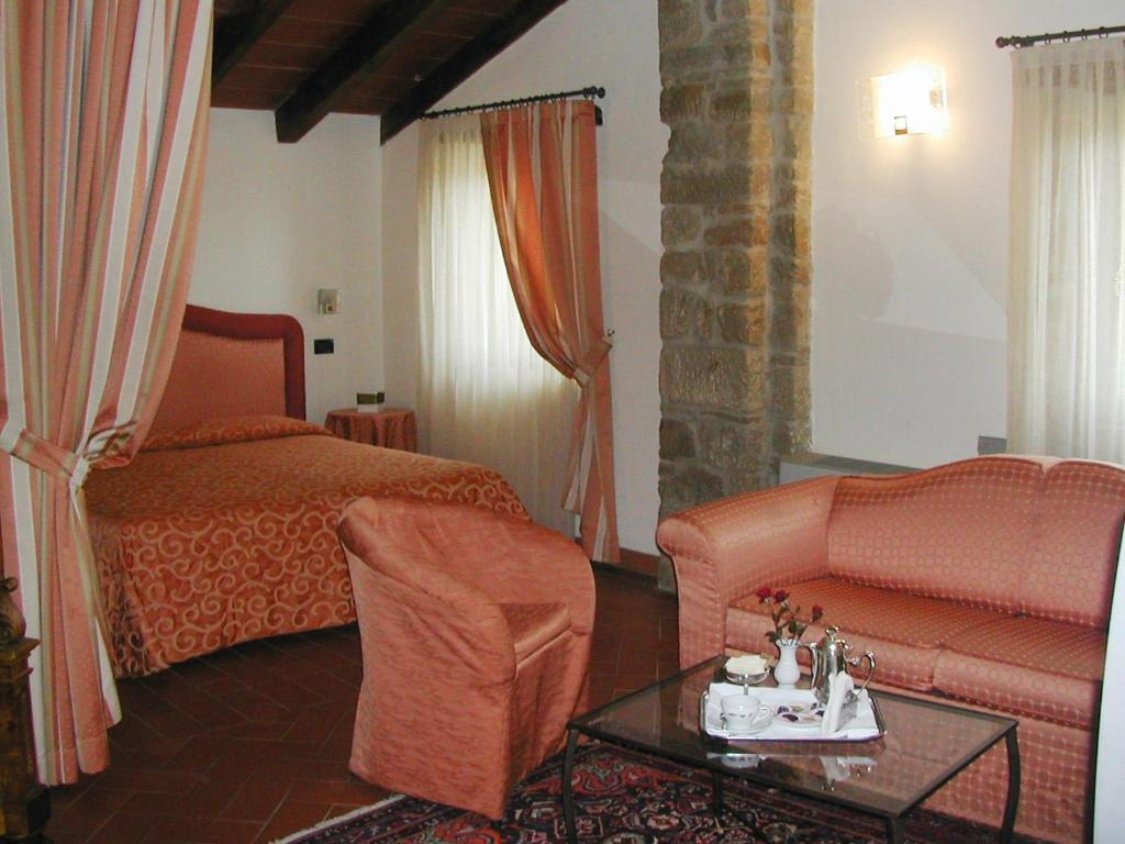 Book Now Palazzo Loup (Loiano, Italy). Rooms Available for all budgets. Featuring an outdoor pool Palazzo Loup is set the Tusco-Emilian Apennines 4 km from Loiano. It offers elegant rooms and a large garden.All rooms have traditional furniture and