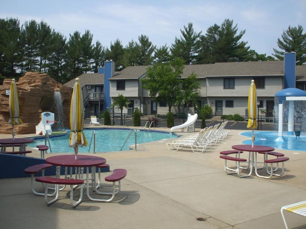 Book Now Caribbean Club Resort (Wisconsin Dells, United States). Rooms Available for all budgets. Offering indoor and outdoor pools lovely grounds and home-like accommodations the non-smoking Caribbean Club Resort is a condo retreat in Wisconsin Dells geared toward familie