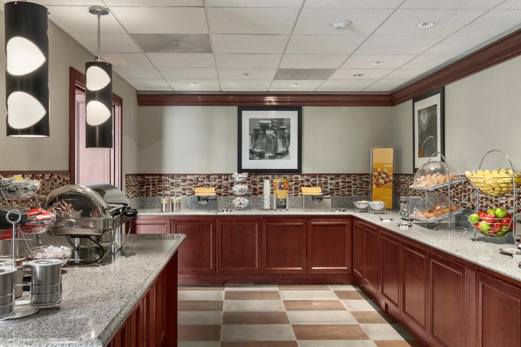 Book Now Hampton Inn & Suites Cleveland-Beachwood (Beachwood, United States). Rooms Available for all budgets. A convenient highway location free internet hot breakfast and an indoor pool and fitness center are amenities that our guests can't resist at the Hampton Inn & Suites Clevelan
