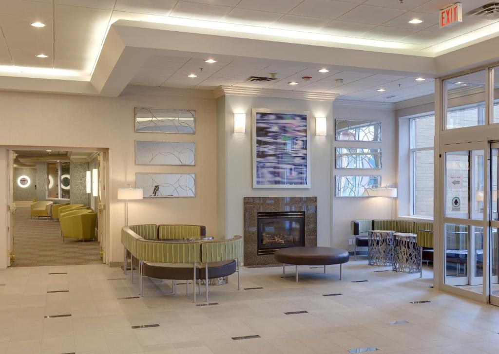 Book Now Radisson Hotel And Suites Fallsview (Niagara Falls, Canada). Rooms Available for all budgets. Free internet a heated pool and a location steps from Horseshoe Falls put you in the center of the action at the non-smoking Radisson Hotel and Suites Fallsview. All 232 rooms