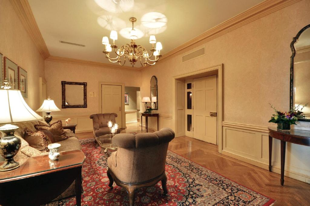 Book Now Whitehall Hotel (Chicago, United States). Rooms Available for all budgets. Plush rooms and a prime location on Chicago's Gold Coast are what please our guests at the Whitehall Hotel. The newly renovated 21-story Whitehall Hotel has 222 rooms where ou