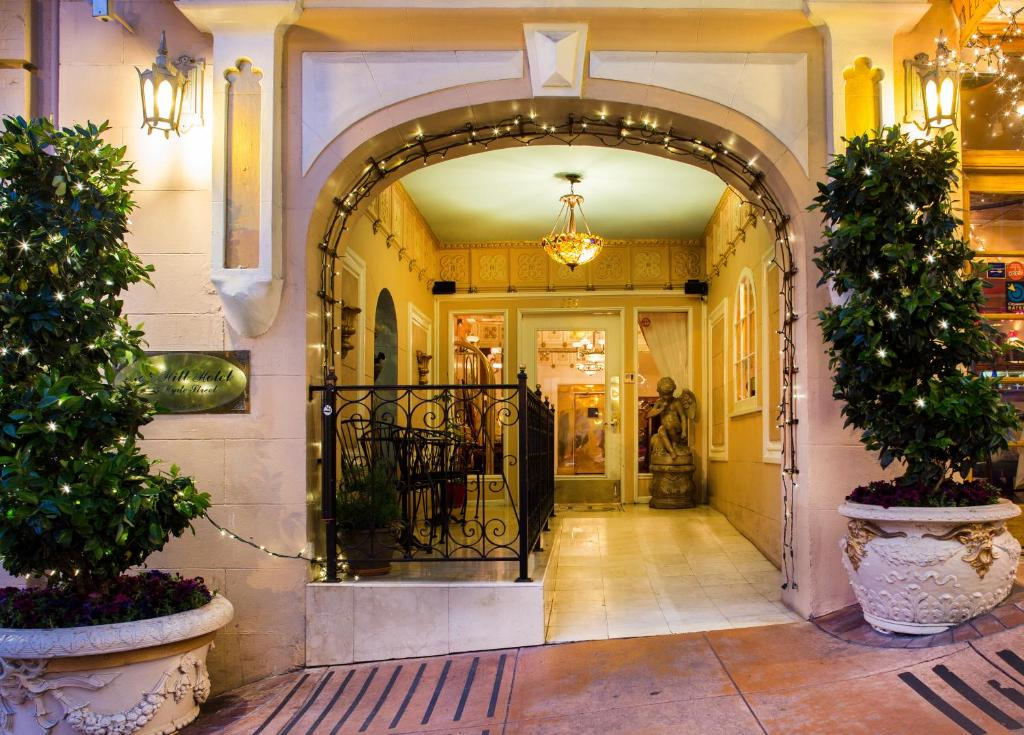 Book Now Nob Hill Hotel (San Francisco, United States). Rooms Available for all budgets. Originally established in 1906 the elegant Nob Hill Hotel features marble flooring ornate ceilings and an extensive collection of period paintings in the hotel interior. Guest