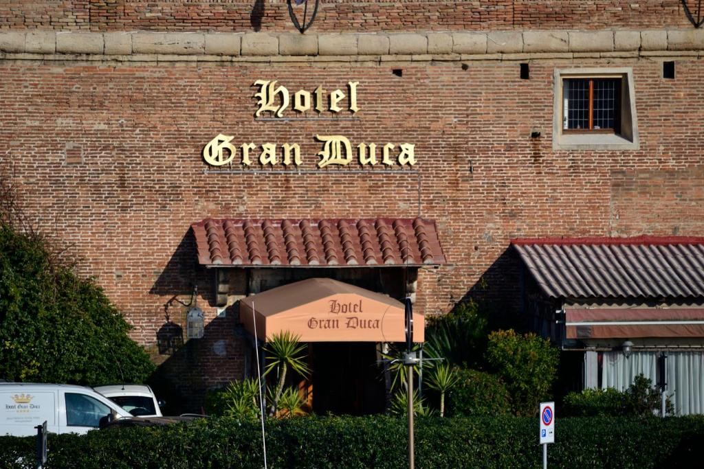 Book Now Hotel Gran Duca (Livorno, Italy). Rooms Available for all budgets. Centrally located in the prestigious and impressive Piazza dei Quattro Mori the Gran Duca Hotel offers 80 comfortable beautifully furnished and elegant rooms and suites. Each