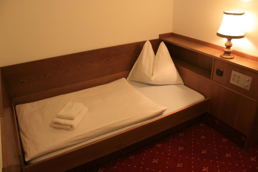 Single Room with Balcony - Bed Hotel Lindwurm