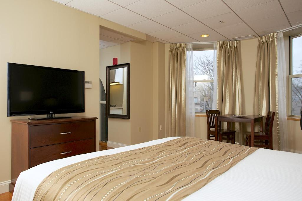 Book Now Boston Hotel Buckminster (Boston, United States). Rooms Available for all budgets. Steps from Fenway Park the non-smoking Boston Hotel Buckminster is known for its mix of Old World flair and modern conveniences like free Wi-Fi. The mid-rise hotel has 94 Euro