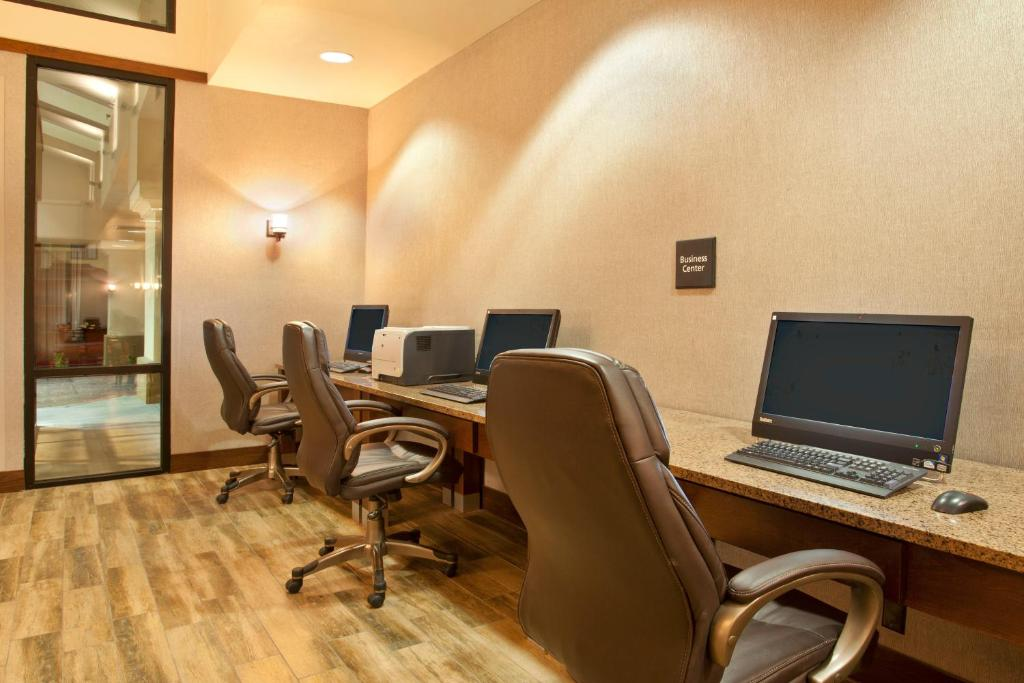 Book Now Hampton Inn And Suites El Paso-Airport (El Paso, United States). Rooms Available for all budgets. With free Wi-Fi a hearty complimentary breakfast free shuttle service and parking our guests enjoy value-added extras at the non-smoking Hampton Inn and Suites El Paso-Airport