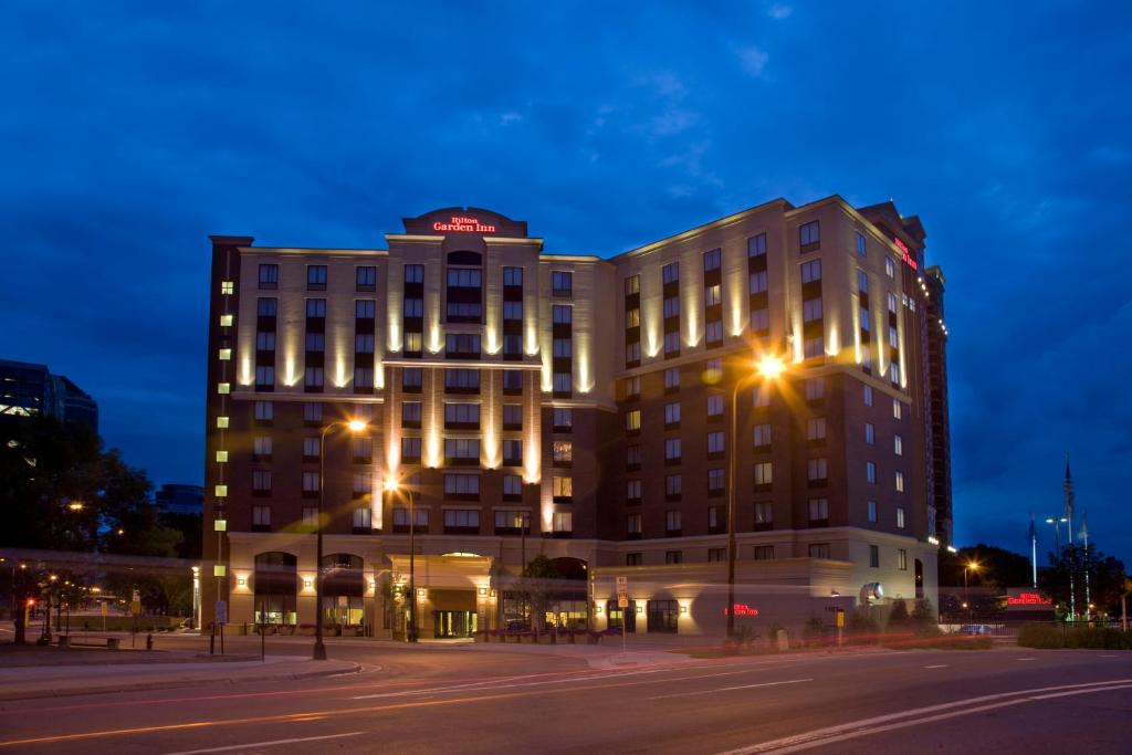 Book Now Hilton Garden Inn Minneapolis Downtown (Minneapolis, United States). Rooms Available for all budgets. Complimentary Wi-Fi shuttle service and movie channels an indoor pool a 24-hour convenience store and a central location are among the amenities in bloom for our guests stayin