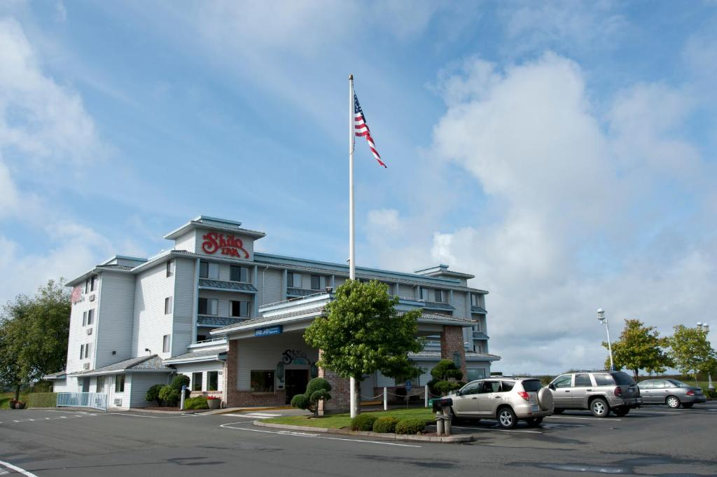 Book Now Shilo Inn Suites Warrenton (Warrenton, United States). Rooms Available for all budgets. Get a warm welcome with cozy accommodations and a 24-hour sauna at the non-smoking Shilo Inn Suites Warrenton. Mini-fridges microwaves coffeemakers and cable TV are standard i