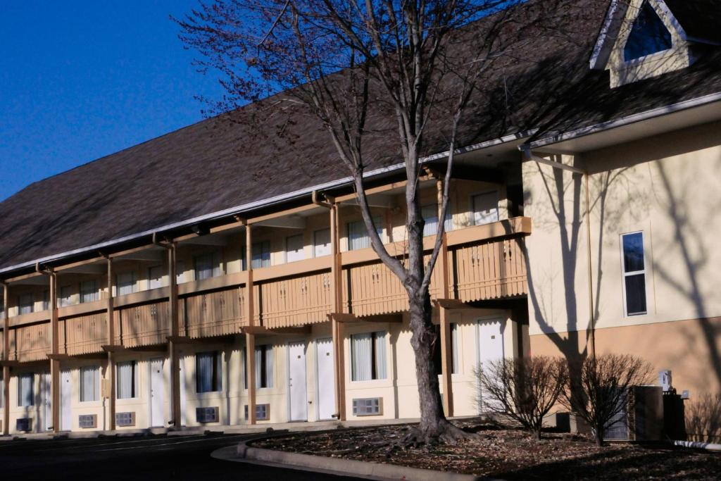 Book Now Brookwood Inn Branson (Branson, United States). Rooms Available for all budgets. This Branson Missouri motel is a 16 minute drive from Silver Dollar City an amusement park. It features an outdoor pool and guest rooms with cable TV and free Wi-Fi.Each room