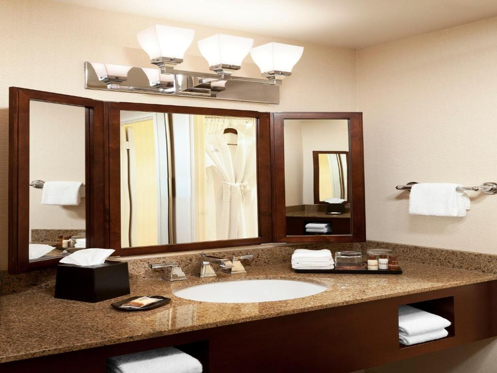 Book Now Anaheim Majestic Garden Hotel (Anaheim, United States). Rooms Available for all budgets. Offering a free shuttle to the adjacent Disneyland and California Adventure theme parks (less than1.5 km away) Anaheim Majestic Garden Hotel boasts 2 on-site restaurants. All