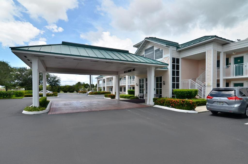 Book Now Best Western Gateway To The Keys (Florida City, United States). Rooms Available for all budgets. Free breakfast complimentary high-speed internet an outdoor pool and a terrifically tropical location keep our guests coming back to the non-smoking Best Western Gateway to th