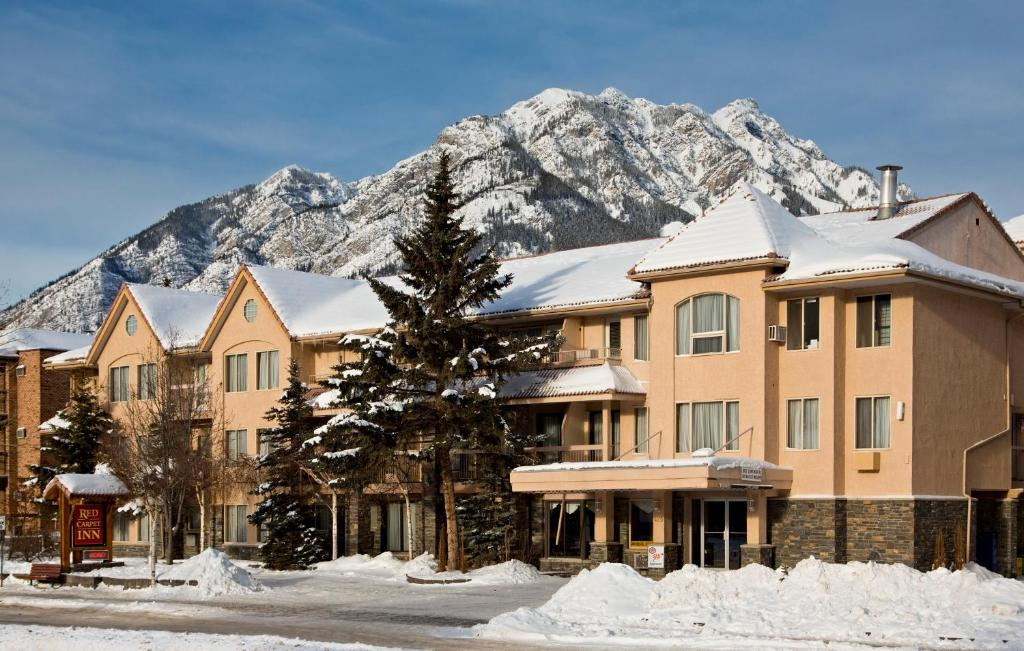 Book Now Red Carpet Inn (Banff, Canada). Rooms Available for all budgets. Featuring an on-site hot tub this hotel is situated within 550 m of Banff city centre. Free WiFi and a flat-screen TV are provided in all guest rooms.A coffee machine and a mi