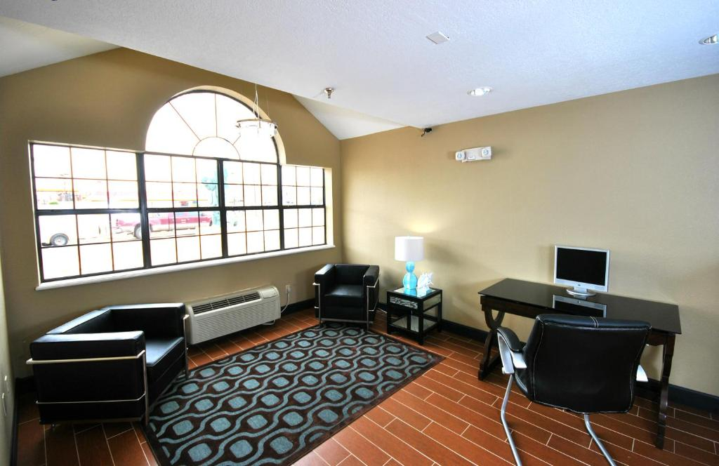 Book Now Desert Inn (Tucumcari, United States). Rooms Available for all budgets. Featuring an indoor heated pool this motel is 1 mile from the historic Route 66. An art gallery is also on the property. A free continental breakfast is offered.Offering free
