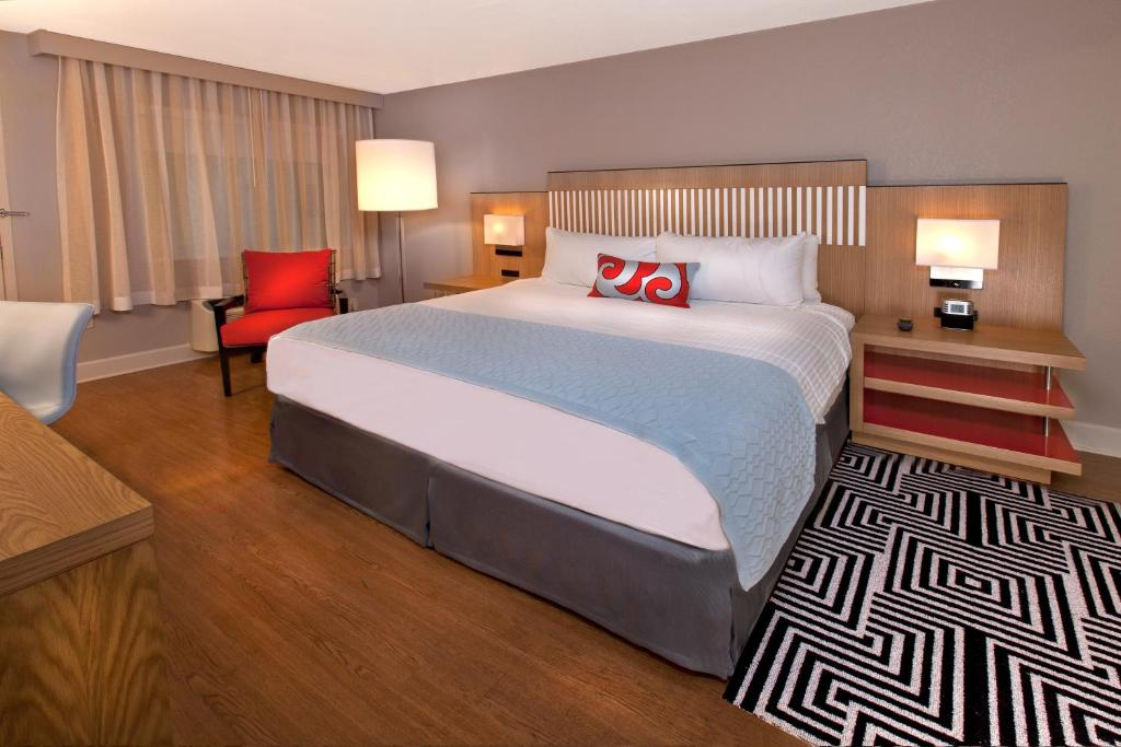 Book Now Wyndham Orlando Resort International Drive (Orlando, United States). Rooms Available for all budgets. With an outdoor pool free internet access and free shuttle service to Universal and SeaWorld the Wyndham Orlando Resort International Drive is a tropical oasis that's a specia