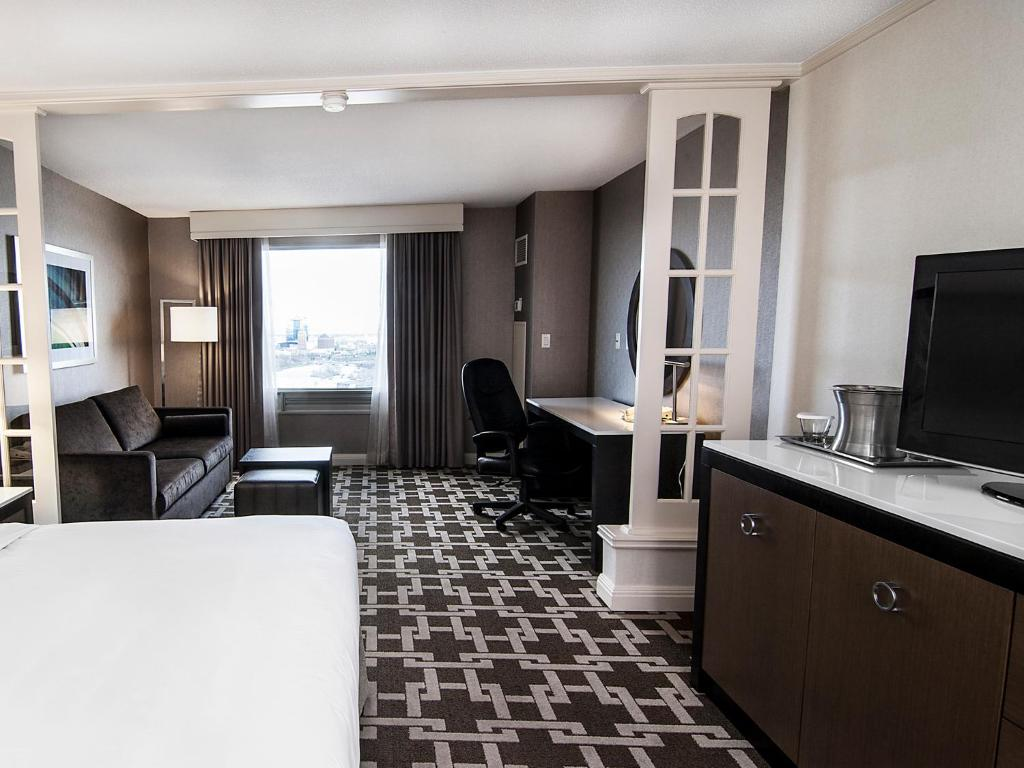 Book Now Hilton Niagara Falls-Fallsview Hotel - Suites (Niagara Falls, Canada). Rooms Available for all budgets. A rooftop restaurant overlooking the Falls an indoor pool with a water slide and a covered walkway to the casino make the non-smoking Hilton Niagara Falls-Fallsview Hotel - Su