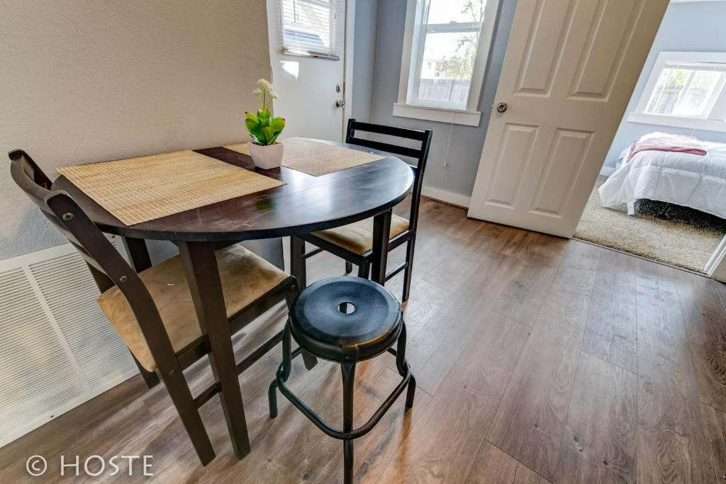 *H* NEW! Downtown Cottage Newly Renovated! *