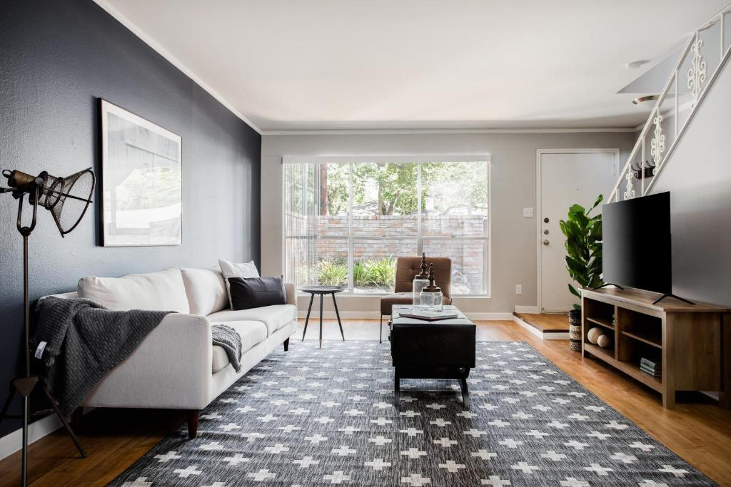 Desirable Uptown Suites by Sonder