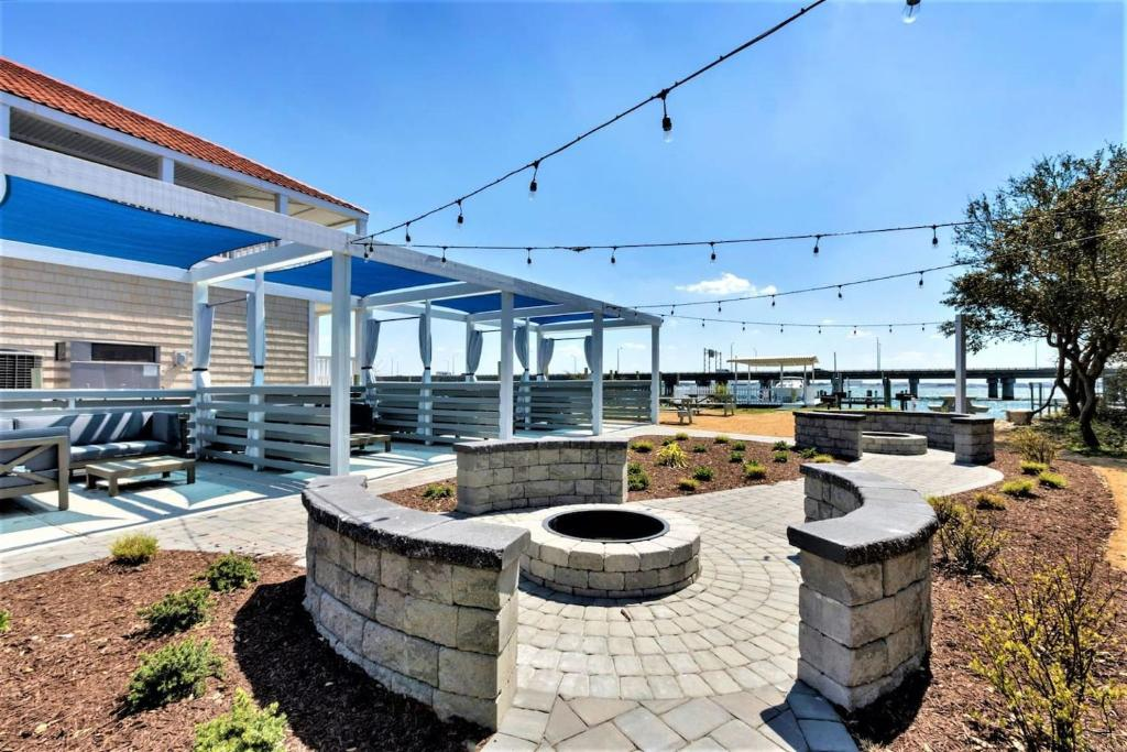 Bay Breeze Anchor Suite (1 bed/1 bath condo with cabanas, fire pits, and pier)