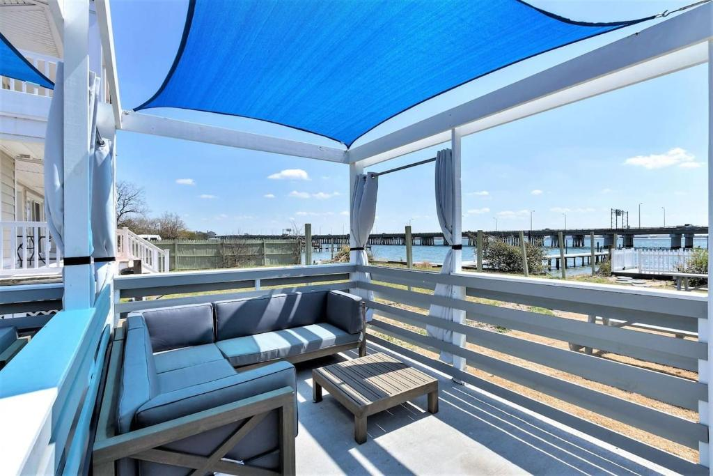 Bay Breeze Compass Suite (1 bed/1 bath condo with cabanas, fire pits, and pier)