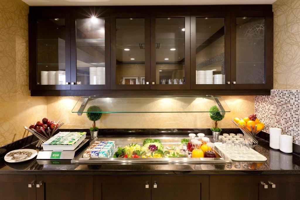 Hotel hgi toronto brampton in brampton ontario canada 12 photos 278 reviews Hilton garden inn toronto brampton