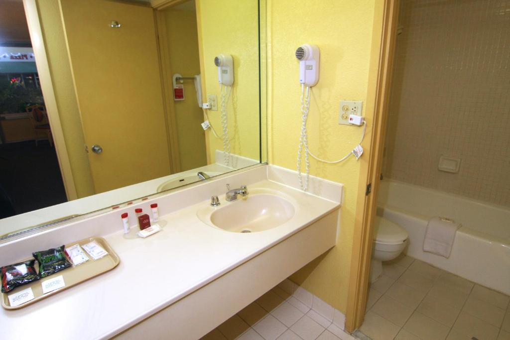 Book Now Ramada Hotel Gateway (Kissimmee, United States). Rooms Available for all budgets. Our guests get a value-priced room with a pool free Wi-Fi and a shuttle to Walt Disney World at the non-smoking Ramada Hotel Gateway one mile from Disney. Ramada Hotel Gateway