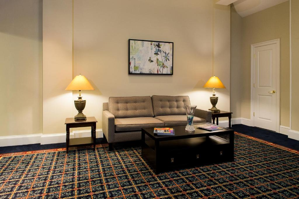 Book Now Old Colony Inn Alexandria (Alexandria, United States). Rooms Available for all budgets. The free buffet breakfast and cozy accommodations with complimentary Wi-Fi are a hit with our guests staying at the conveniently located Old Colony Inn Alexandria. The two-sto