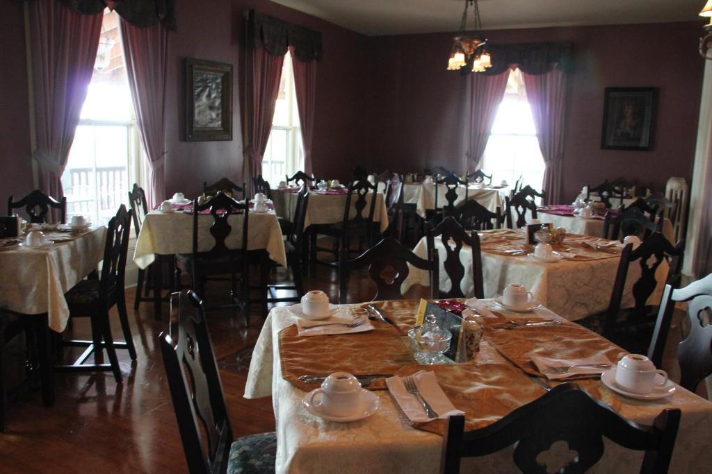 Book Now Lynwood Inn (Baddeck, Canada). Rooms Available for all budgets. Built in 1868 this historic inn is located in Baddeck Nova Scotia and overlooks Bras d'Or Lake. It has an on-site restaurant and free Wi-Fi access is available.A private bathr