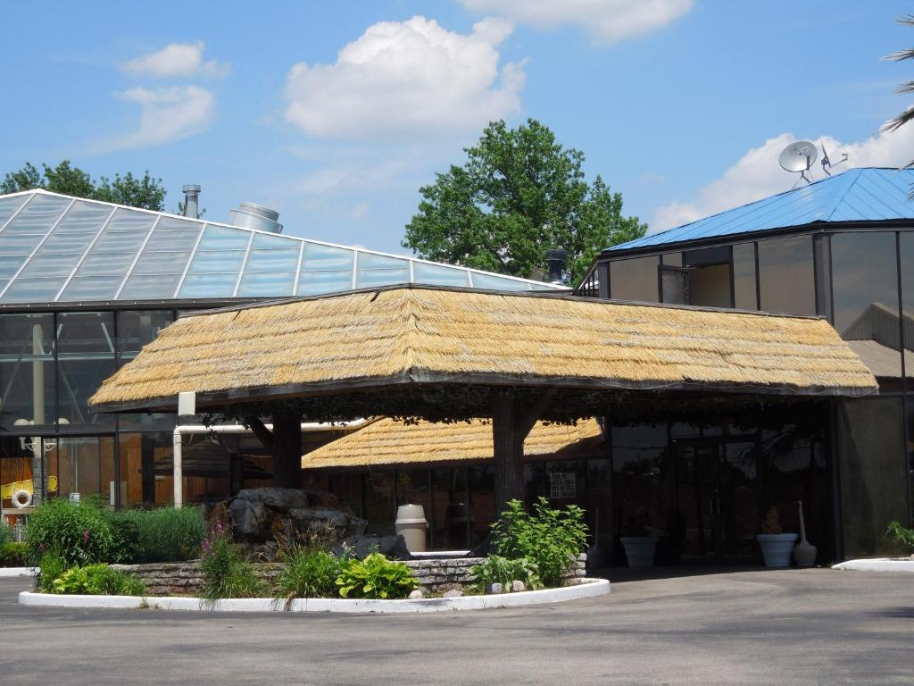 Book Now Wildwood Inn (Florence, United States). Rooms Available for all budgets. Located 20 minutes south of Cincinnati in Florence Kentucky this theme hotel features a tropical dome with an indoor pool hot tub and game room. The guest rooms offer free
